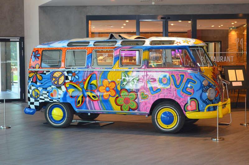 VW Bulli T1 mit Hippie Bemalung