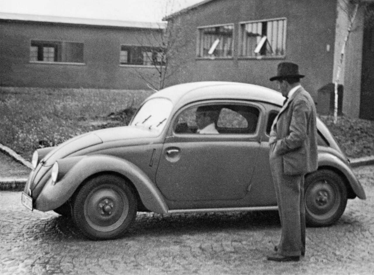 Ferdinand Porsche 1937 vor VW Prototyp W30