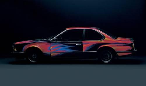 Ernst Fuchs beim signieren des BMW 535i