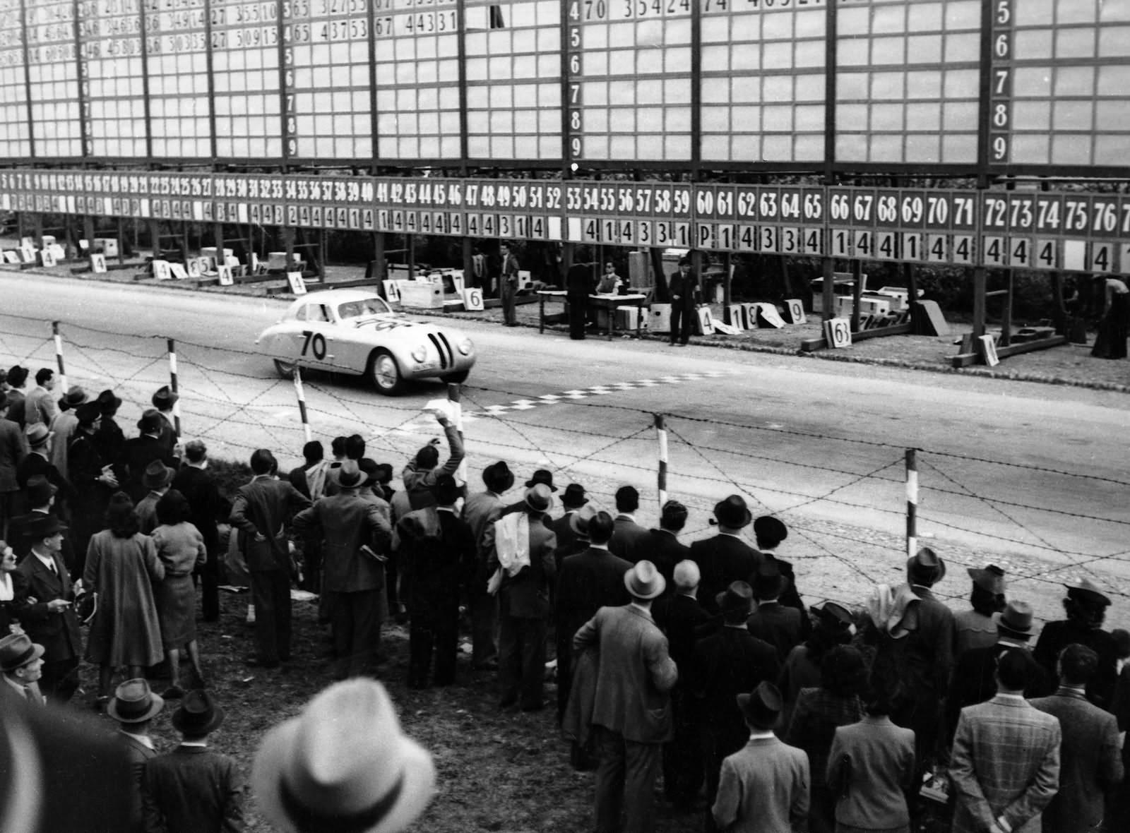 Rennfahrer Fritz Huschke von Hanstein gewinnt 1940 die Mille Miglia
