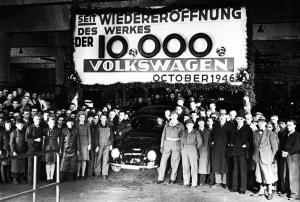 Bandablauf-des-zehntausendsten-nach-Kriegsende-gefertigten-Volkswagen