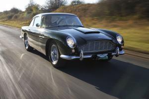 Aston-Martin-DB5-Exterieur-Frontperspektive-in-Fahrt