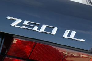 BMW-750iL-E32-Kofferaum-Schriftzug