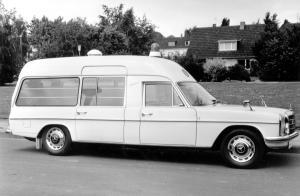 mercedes-benz-strich-acht-baureihen-w115-w114-krankenwagen