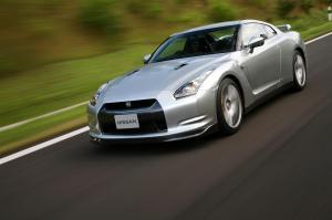 Nissan-GT-R-Modell-2007-Frontperspektive-in-Fahrt