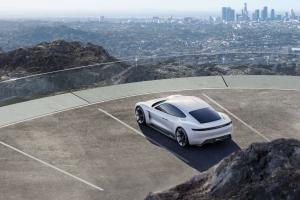 Porsche-Mission-E-Exterieur-Heck-Draufsicht