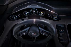 Porsche-Mission-E-Interieur-Lenkrad-und-Tacho